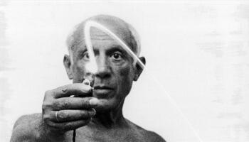 Looking for Picasso: Der Künstler macht Lichtzeichnung in der Luft mit einer Taschenlampe.