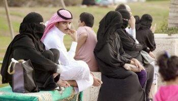 Mann sitzt zwischen Zwei Frauen in Saudi-Arabien