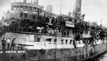 """Bild: © Roche Productions, Staatsgründung Israels Das Flüchtlingsschiff """"Exodus"""" bricht 1947 nach Palästina auf."""