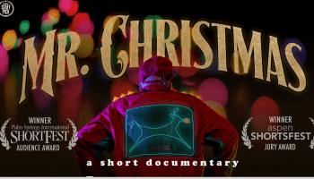 Mr. Christmas von hinten vor seinem Haus - Bild vom Film
