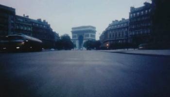 Mit einem Mercedes 450 SEL, 300 PS, 200 km/h in 8 atemberaubenden Minuten vom Arc de Triomphe zum Sacré-Cœur. Ein Rendezvous der besonderen Art!