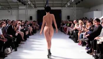 Catwalk-Scandals! hier ein Bild eines nackten Models auf dem Laufsteg