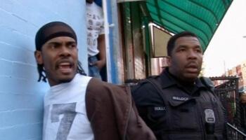 """Louis Theroux reist nach """"Killadelphia"""" und spricht mit Polizisten, Junkies und Gangstern über den harten Alltag auf der Straße."""
