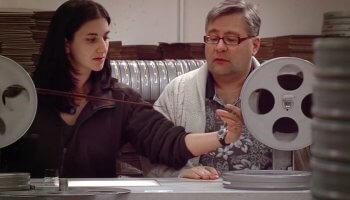 Diese Kurzdoku erklärt wie Filmrestauration funktioniert und wirft auch einen Blick auf die Erhaltung von Filmen im heutigen, digitalen Zeitalter.