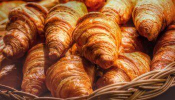 Mitten in Paris bereitet Benjamin Turquier das leckerste Croissant der Welt zu. Für die Croissant Doku besucht Deutsche Welle den Meisterbäcker in seiner Boulangerie.