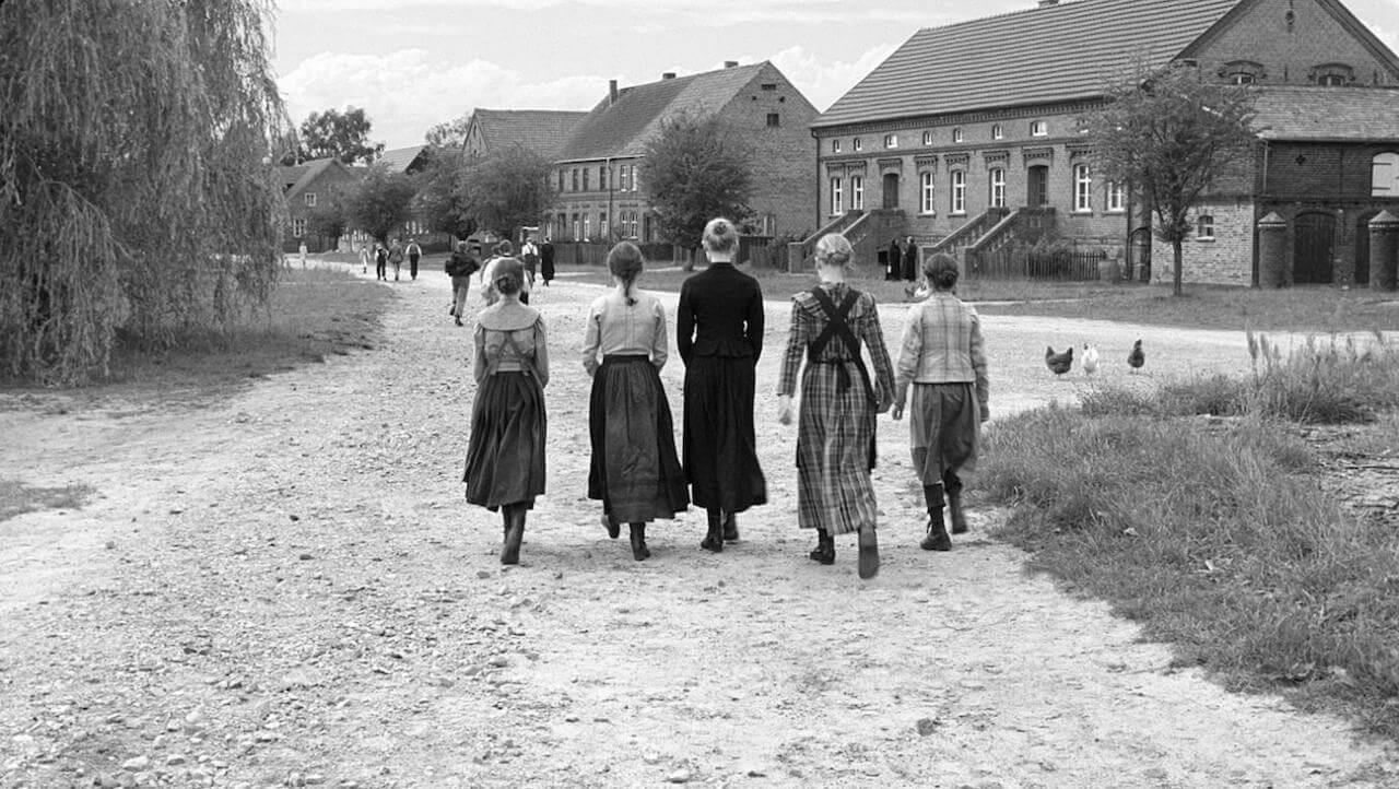 """das preisgekrönte Drama """"Das weiße Band"""" von dem österreichischen Regisseur Michael Haneke."""