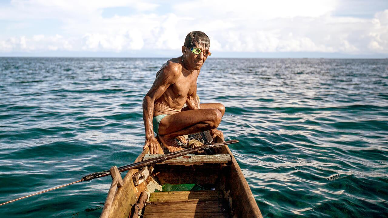 """Noch heute bleibt der 80-Jährige minutenlang unter Wasser, er jagt noch immer. In """"Jago – Der alte Mann und die Tiefsee"""" erzählt er seine Lebensgeschichte."""