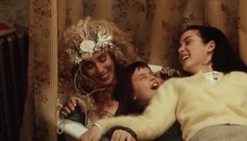 'Meerjungfrauen küssen besser' ist ein zauberhafter Film über die Schritte zum Erwachsenwerden und eine ungewöhnliche Mutter-Tochter-Beziehung.