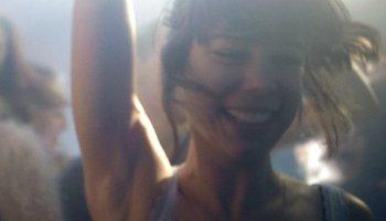 Victoria tanzt ausgelassen in einem Berliner Club