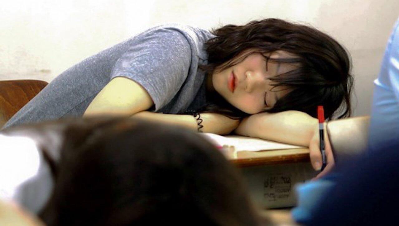 Erschöpfte Schülerin in der Doku 'Zur Leistung verdammt'