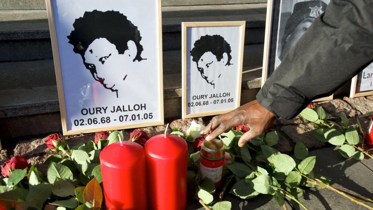 Margot Overath beschäftigt sich seit Jahren mit dem Fall Oury Jalloh & geht in diesem Podacst zahlreichen Widersprüchen nach.