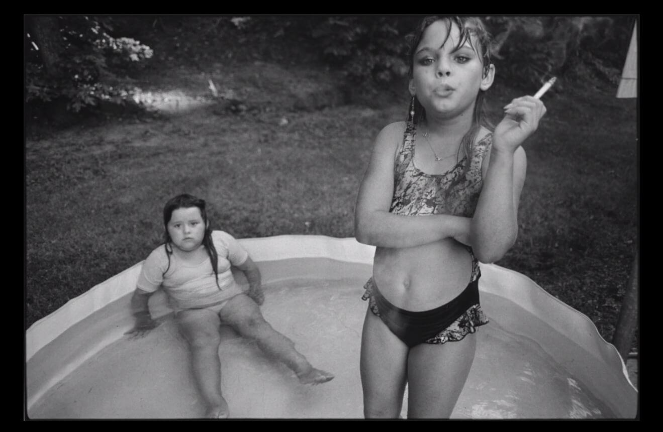 In Gedenken an die Fotografin Mary Ellen Mark erfahren wir von der Geschichte des berühmten Bildes 'Amanda and her cousin Amy'.