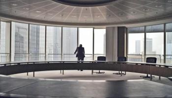 Regisseur Marc Bauder lässt den ehemaligen Investmentbanker Rainer Voss in Master of the Universe von den Abgründen der Finanzwelt erzählen.