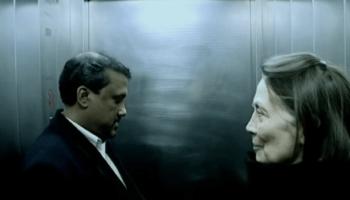 Zwei Menschen im Lift