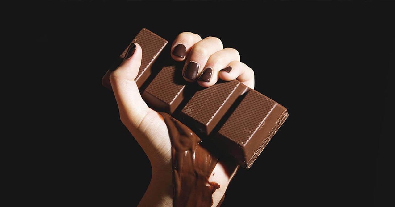 Schokolade in der Hand