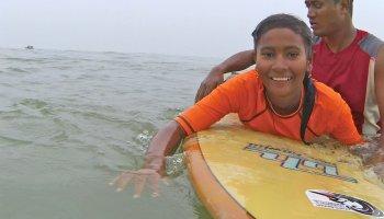 Mutige Mädchen in Bangladesch Surfen im Meer
