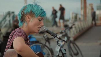 Die erste Folge der Busker Diaries gewährt Einblick in das Leben einer jungen irischen Straßenmusikerin in Berlin.
