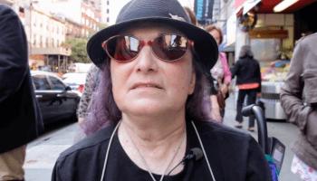 Der Kurzfilm erzählt die Geschichte der amerikanischen Fotografin Flo Fox, die seit über vierzig Jahren mit ihrer Kamera durch New York streift.