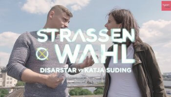 Diese Episode Straßenwahl hat es in sich: Der antikapitalistische Rapper Disarstar trifft auf Suding von der FDP. Dabei fliegen schnell die Fetzen.