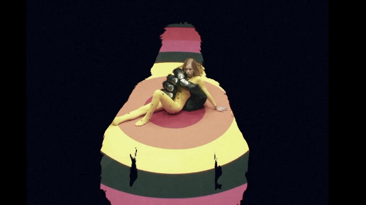 Das neue Musikvideo von Tame Impala ist voller Fantasie, ziemlich trippy und bizarr, dabei bunt, unbeschwert und ganz schön sexy!