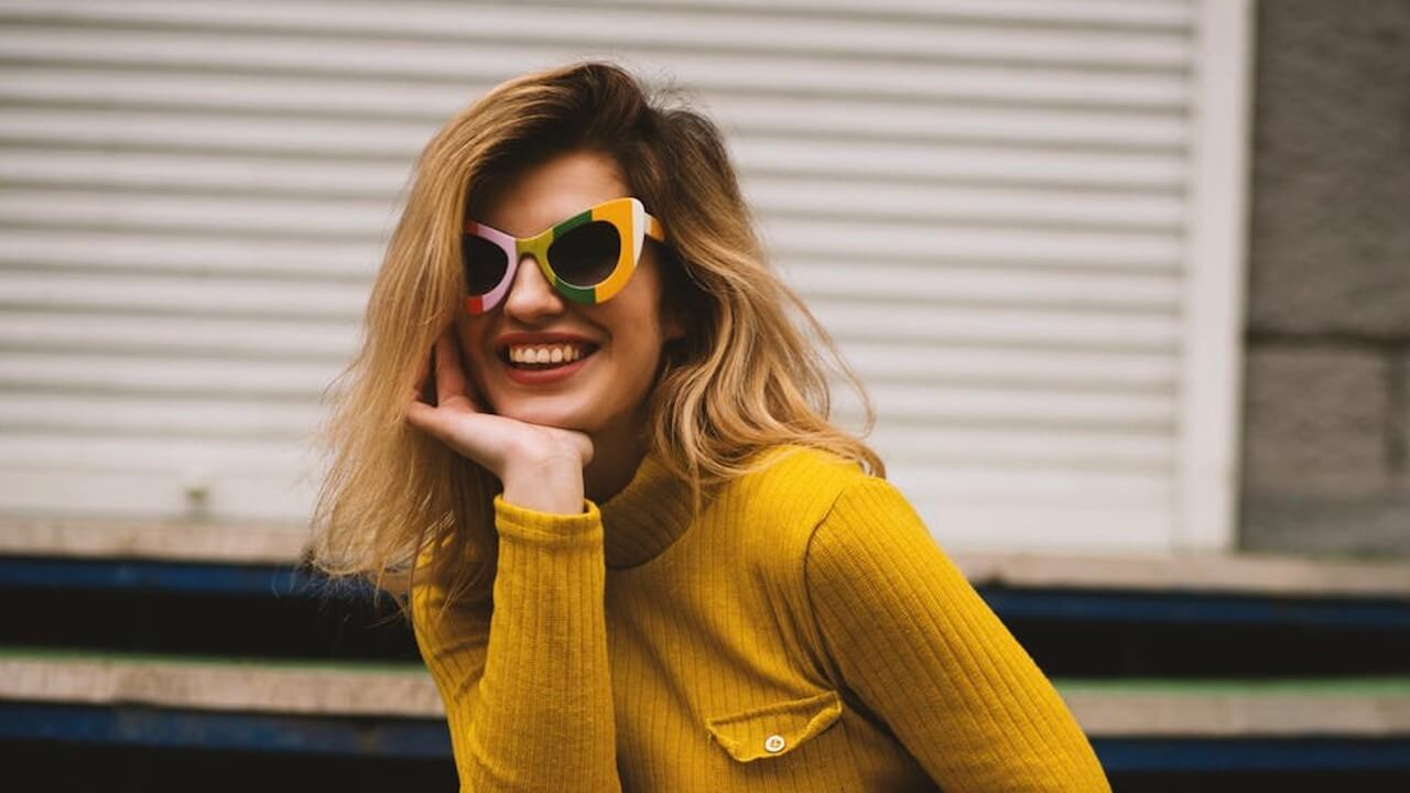Mom-Jeans, Cat-Eye-Brillen und Radlerhosen, das waren die Retro-Trends der 2010er Jahre, die uns auch 2020 noch begleiten werden.