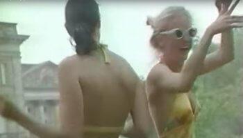 Universal Techno Screenshot, zwei Frauen tanzen auf der Loveparade
