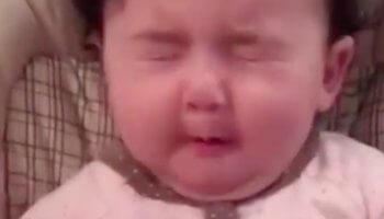 Babys essen Zitrone zum ersten Mal
