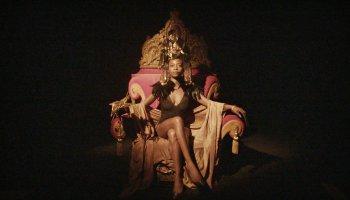 'Ab 18! - Coming Home': Eine junge Nigerianerin sitzt in einem abgedunkelten Raum auf einem prunkvollen Thron.