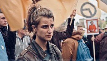 Was passiert mit einer idealistischen Polit-Aktivistin, wenn sie in die Mühlen des Politikbetriebs gerät? Darum geht es in der Doku Egal gibt es nicht.
