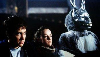 Donnie Darko wird von einem menschengroßen Kaninchen namens Frank geweckt. Während er ihm in die Nacht folgt, schlägt eine Flugzeugturbine in sein Zimmer ein.