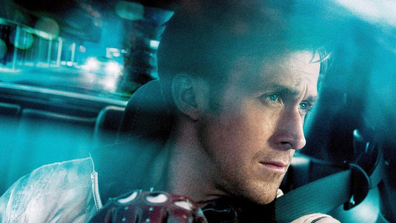 In Drive verliebt sich ein äußerst talentierter Fahrer (Ryan Gosling) in seine Nachbarin. Ohne es zu wissen, setzt er für sie sein Leben auf's Spiel.