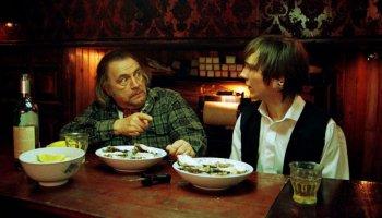 Der Spielfilm Ein gutes Herz erzählt von einer ungleichen Männerfreundschaft zwischen einem griesgrämigen Barbesitzer und seinem gutmütigen Schützling.