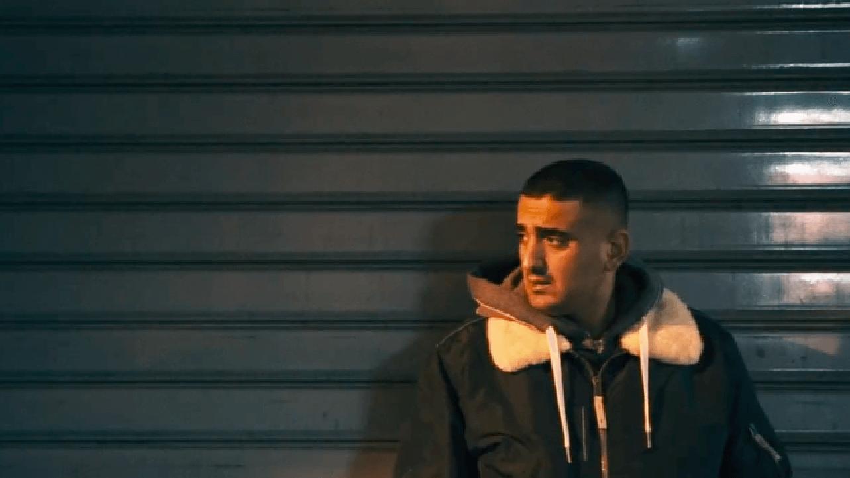 """""""Der Haftbefehl von Haftbefehl"""" erzählt die Geschichte von """"Hafti"""", der 10 Jahre nach seiner Flucht zu den relevantesten Rappern Deutschlands zählt."""