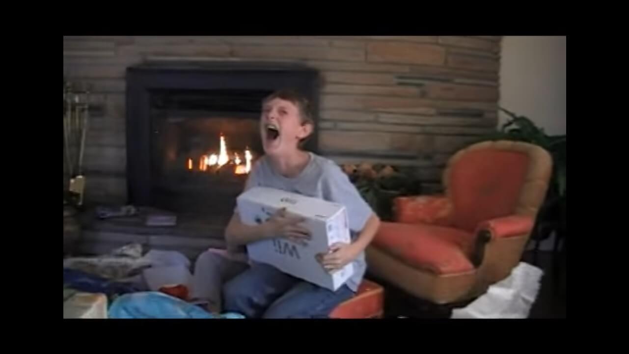 Kind bekommt Weihnachtsgeschenk